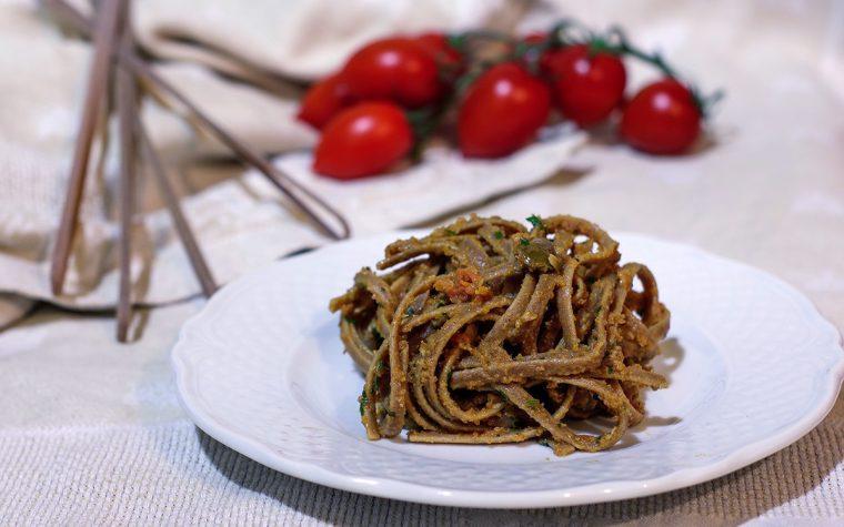 Stroncatura con alici, pomodorini e olive