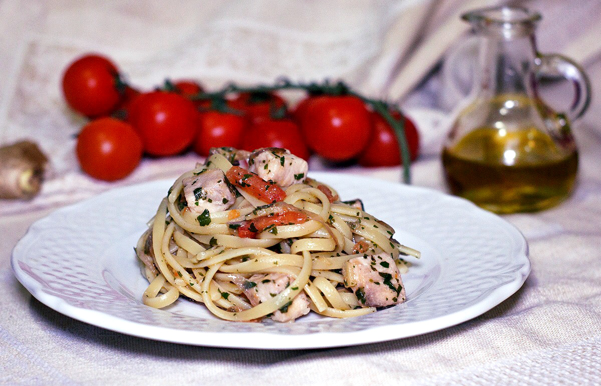 Linguine con pesce spada, zenzero e pomodorini