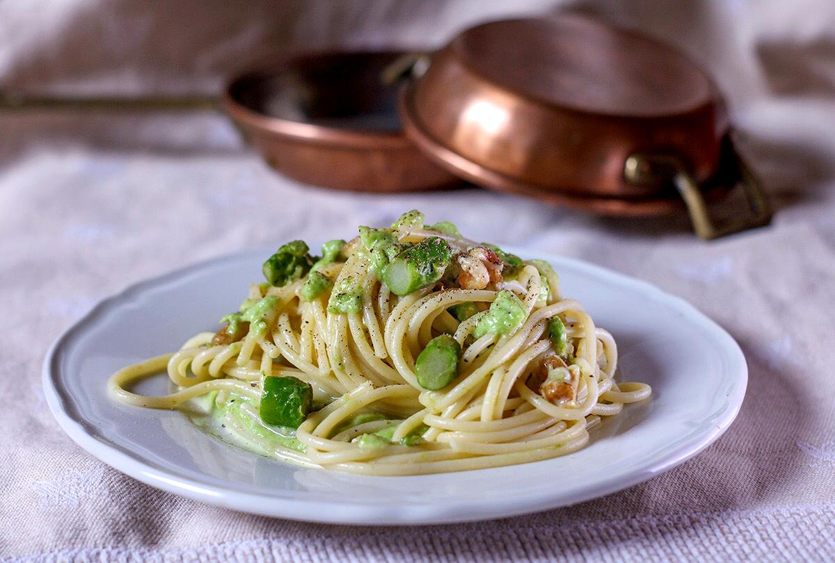 Spaghetti con asparagi e noci in crema di provolone