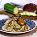 Spaghetti con zucchine, speck, ricotta affumicata e noci
