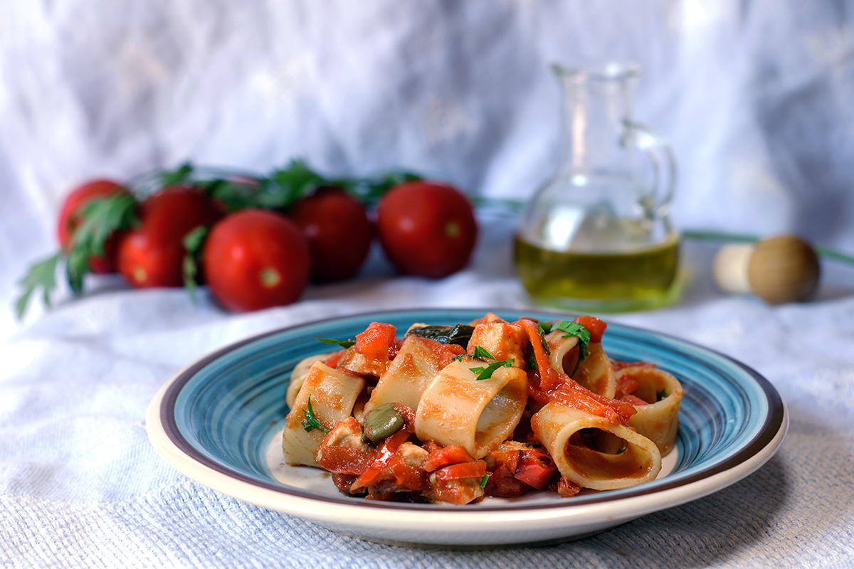 Pasta con pesce spada, peperoni e pomodorini