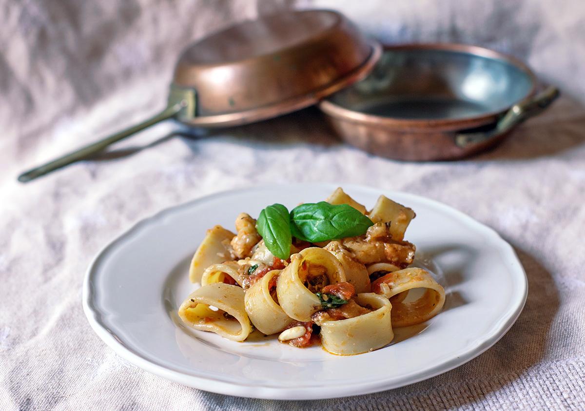 calamarata con melnzane, pinoli e pecorino