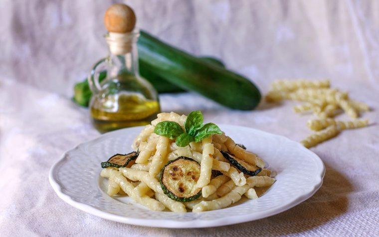 Busiate con zucchine alici e pecorino