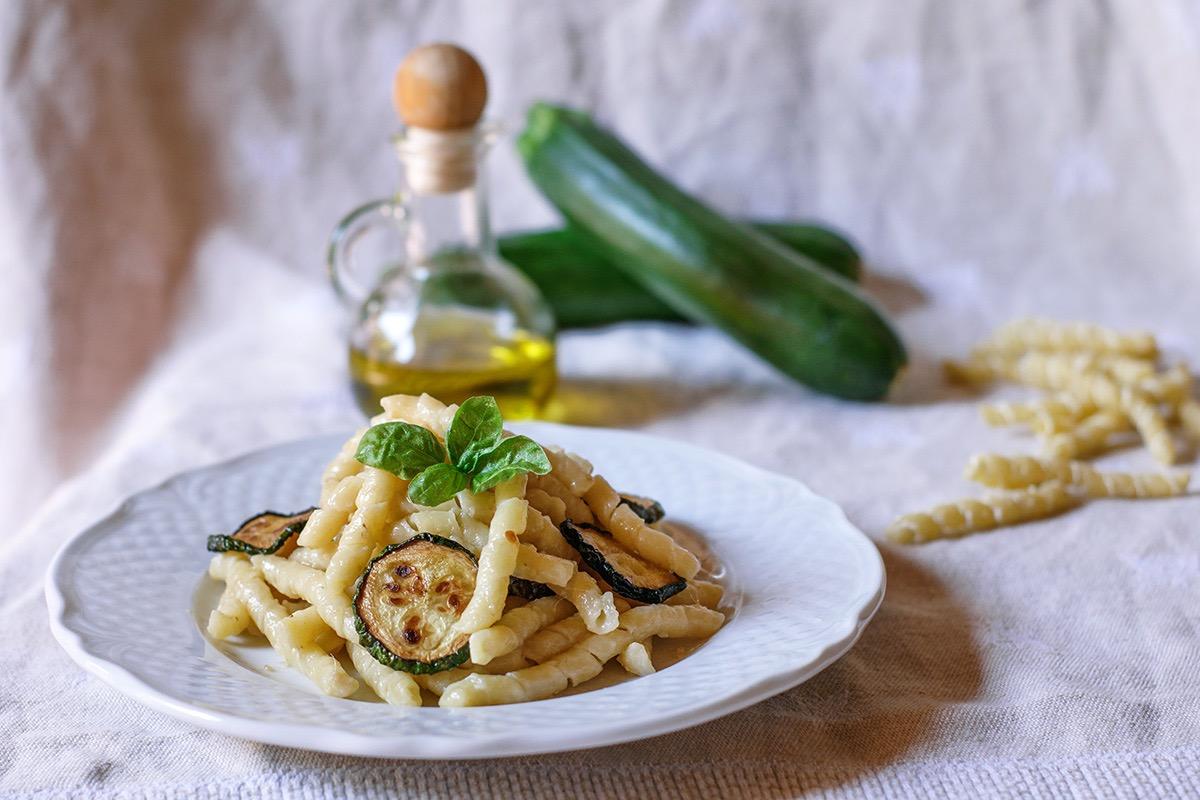 Busiate con zucchine, alici e pecorino