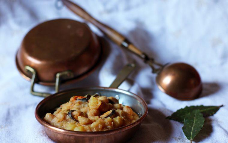 Zuppa di fagioli bianchi con patate, peperoni e cozze