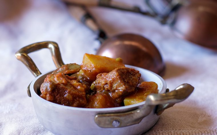 Spezzatino al sugo con piselli e patate