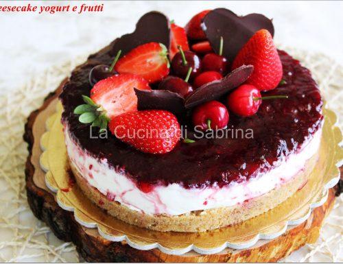 Cheesecake allo yogurt e panna con frutta fresca