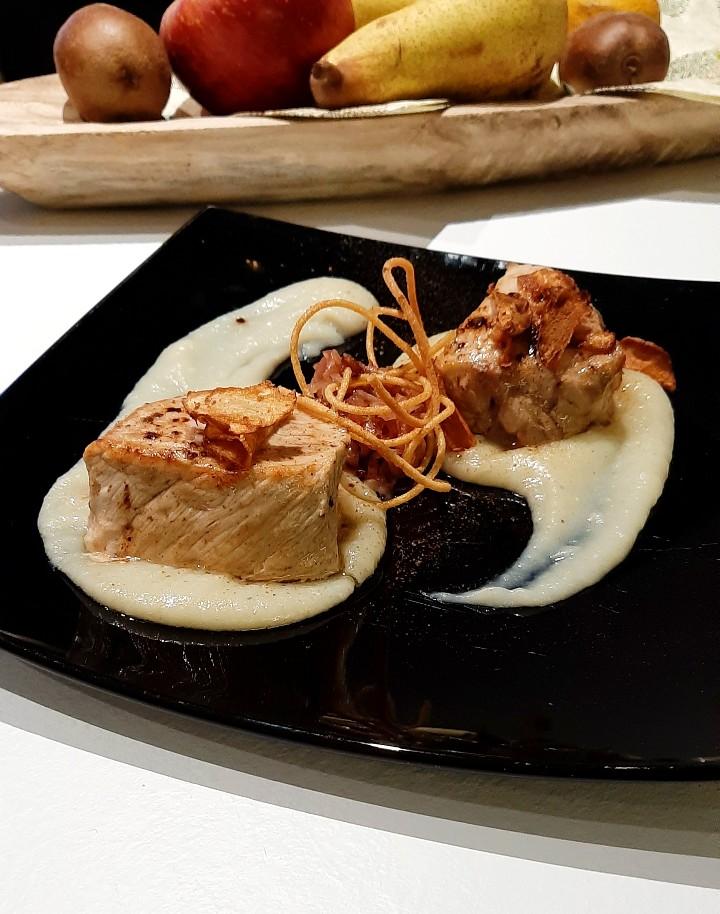 Lonza di maiale su crema di topinambur, con cipolla caramellata, spaghetti fritti e chips