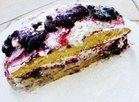 Torta con frutti di bosco e panna