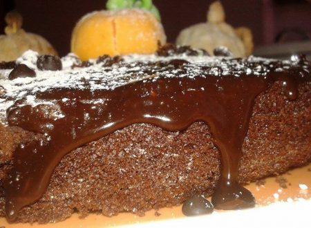 Torta al cioccolato con mandorle e glassa al cioccolato