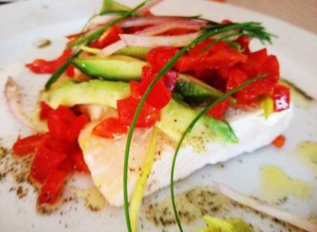 Salmone scottato con Avocado e Verdurine acidulate
