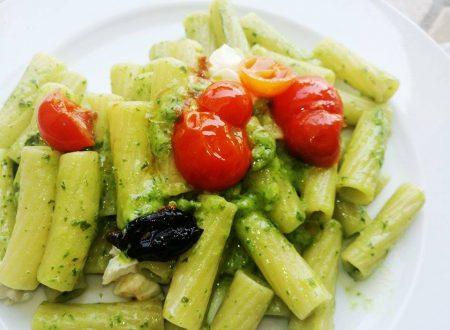 Pasta al pesto con Pomodorini e Olive nere