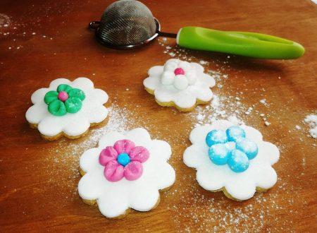 Biscotti di frolla con fiori in pasta di zucchero
