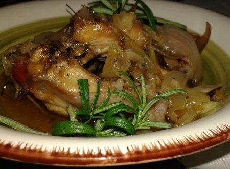 Coniglio con pomodorini, cipolle e olive