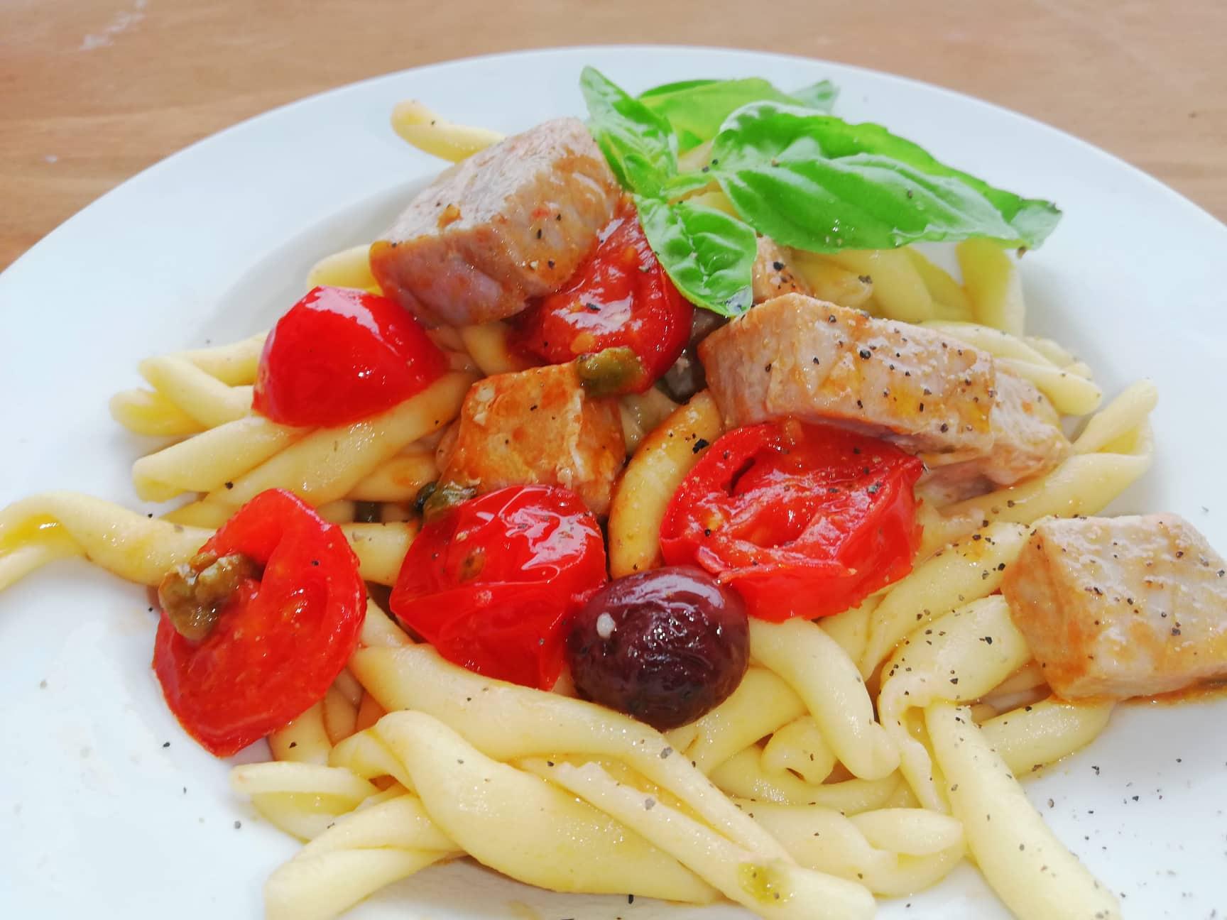 Fusilli freschi con tonno fresco olive e pomodorini cucina e non solo - Cucinare tonno fresco ...