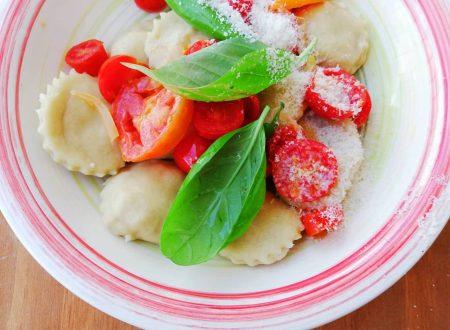 Bottoni di parmigiano con pomodori e basilico
