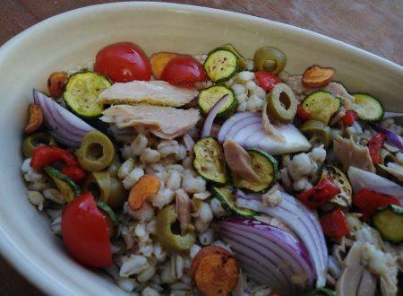 Insalata d'orzo, verdure e tonno