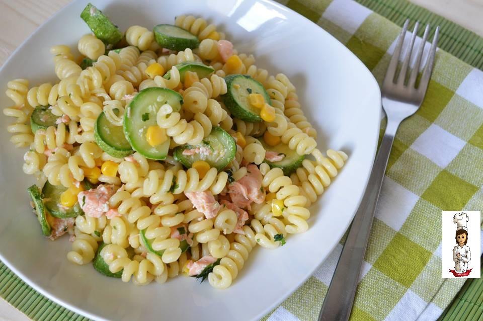 Insalata di pasta con zucchine e salmone fresco