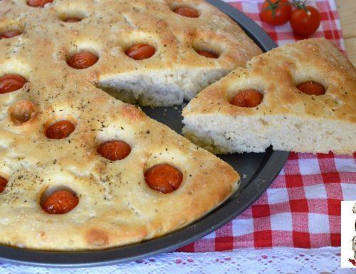 Focaccia con pomodorini con un solo grammo di lievito