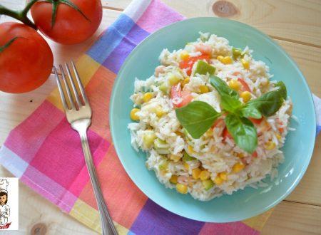 Insalata di riso con pomodori zucchine e gamberetti