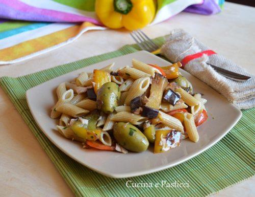 Pasta con peperoni melanzane tonno e olive