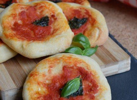 Pizzette con farina di semola  pomodoro e basilico