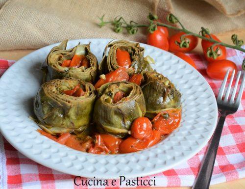 Carciofi cotti in pentola con pomodorini