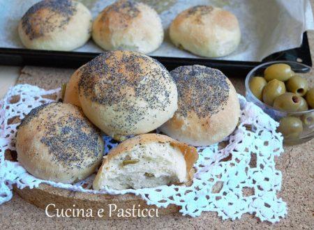 Panini alle olive e semi di papavero