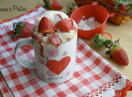 Torta alle fragole in tazza al microonde
