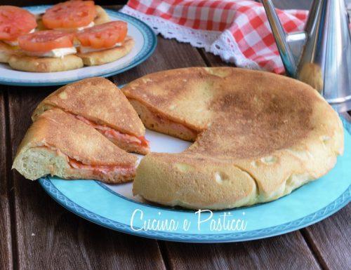 Focaccia cotta in padella con stracchino pomodori e…