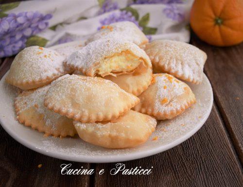 Ravioli dolci fritti con ricotta e arancia