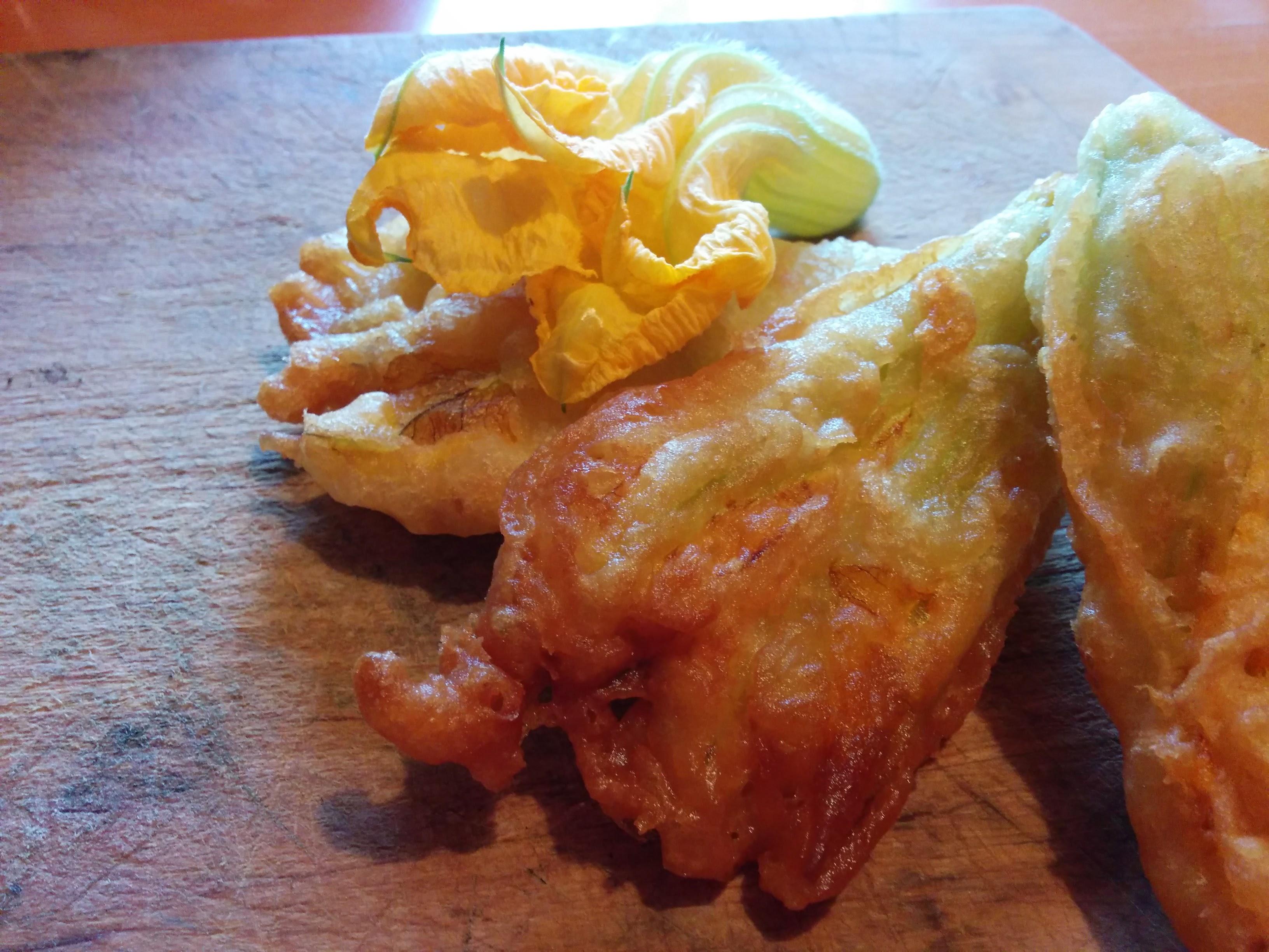 Fiori di zucca in pastella dall'orto alla padella