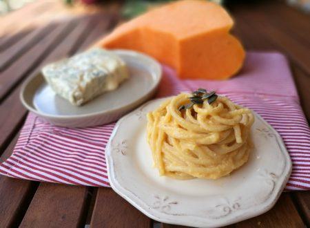 Spaghetti con zucca robiola gorgonzola e semi di zucca