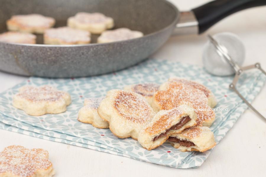 I biscotti in padella alla Nutella sono dei biscottini davvero golosi  facilissimi e velocissimi da preparare che non cuociono in forno ma  direttamente in