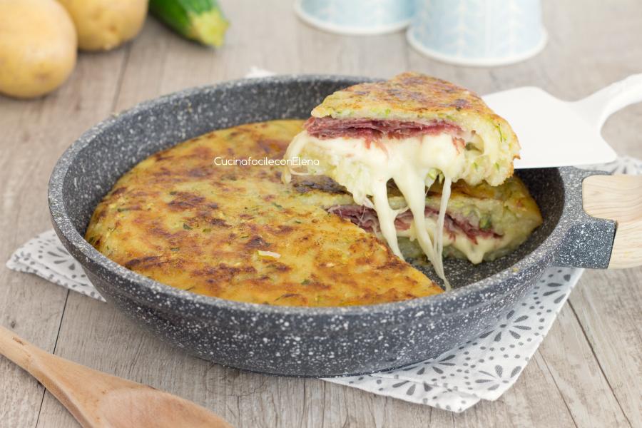 Torta di patate e zucchine in padella velocissima e senza uova for Cucinare zucchine in padella