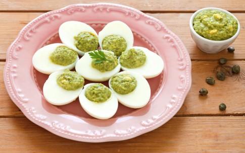 Uova sode con crema di piselli