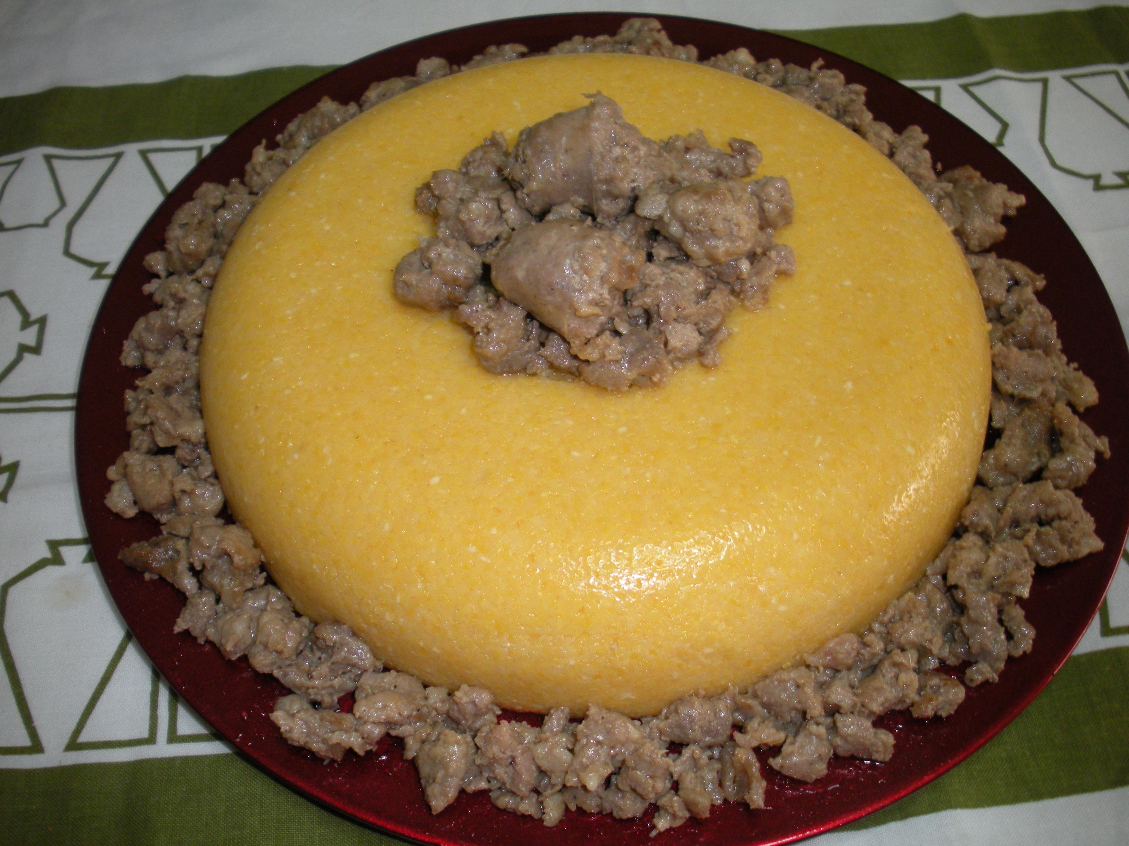 Ciambella di polenta con salsiccia