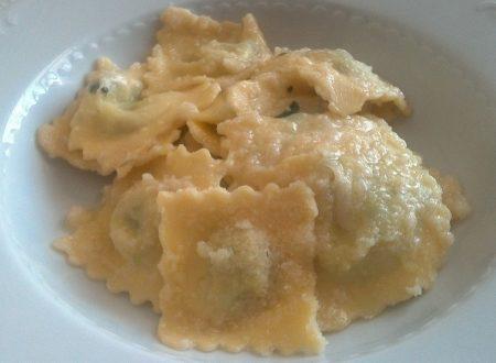 Raviolini ricotta e spinaci con olio d'oliva e parmigiano