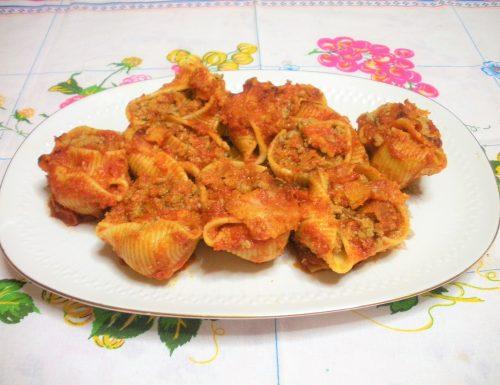 Lumaconi di pasta ripieni di carne e verdure