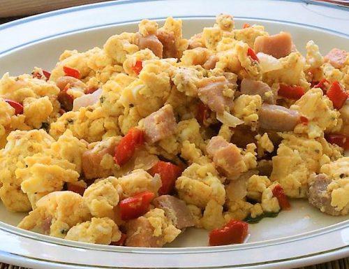 Uova strapazzate con pancetta e peperoni