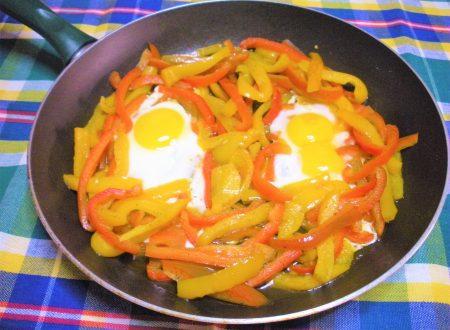 Uova con peperoni colorati