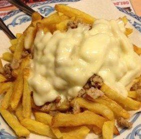Patatine fritte con salsiccia e formaggio