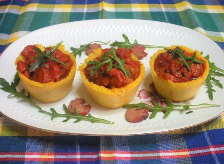 Cestini di polenta con pomodoro e wurstel