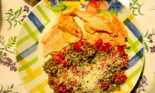 Filetti di trota salmonata al vapore  con Farro, pesto, grana e pomodoro