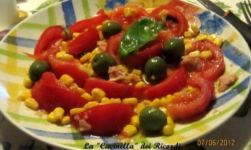 Insalata di Pomodori con tonno, mais e olive verdi