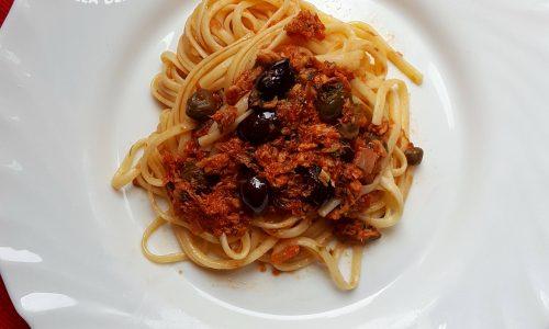 Linguine con pomodoro, tonno, olive nere, capperi e…. prezzemolo
