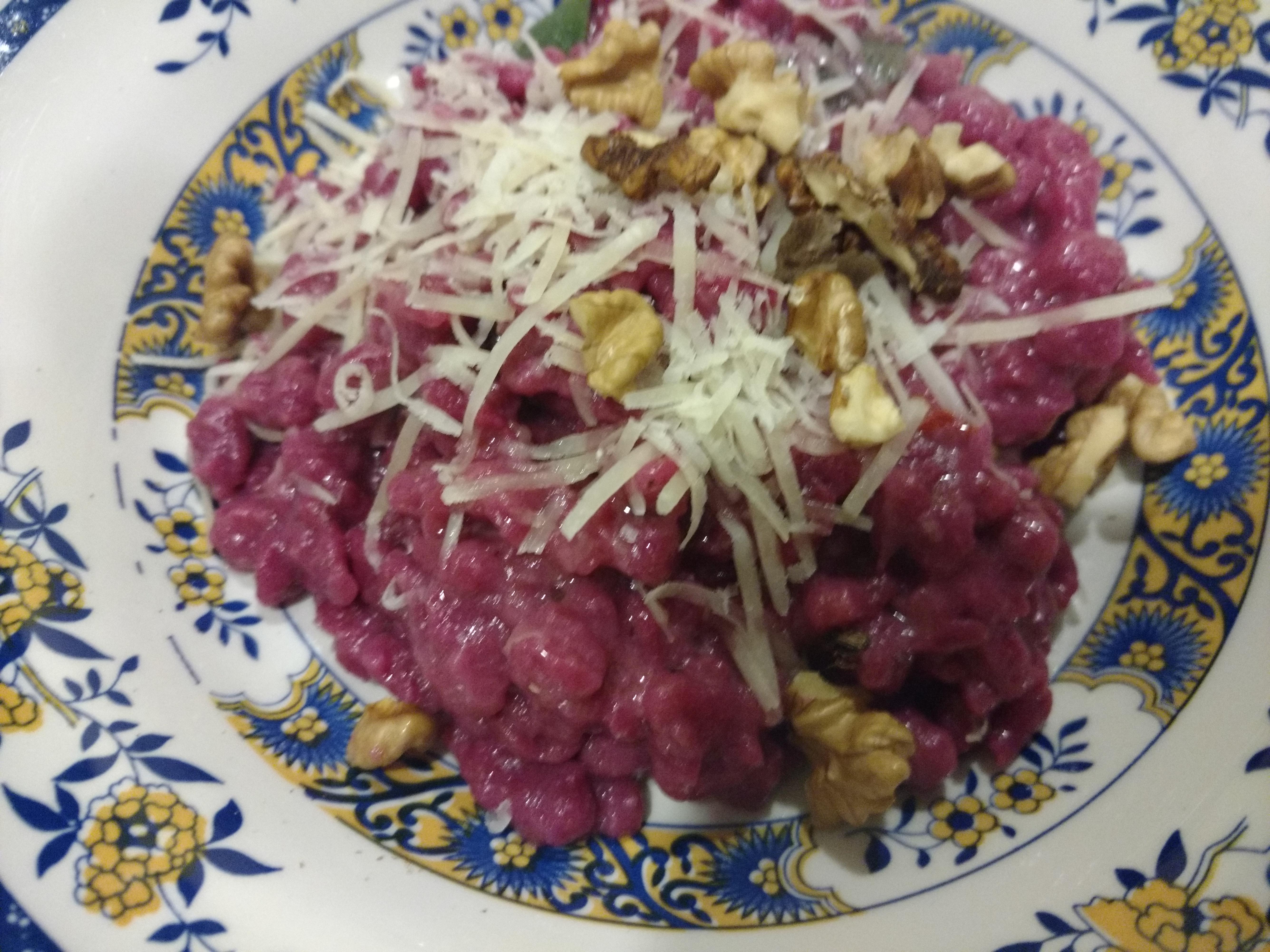 Spatzle con barbabietola al burro, salvia, noci e parmigiano