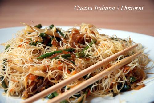 spaghetti di riso noodles con verdure