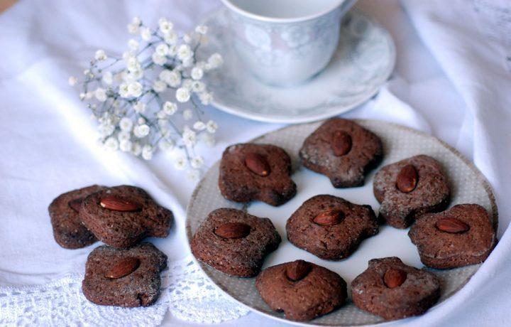 Biscotti al cacao e farina di farro, ideali per la colazione
