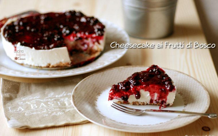 Cheesecake leggera alla salsa di more e mirtilli